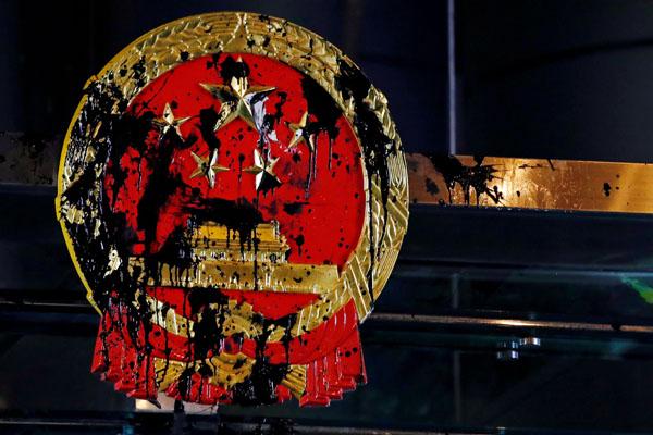 黒塗りされた中国の国章(C)ロイター