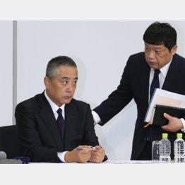 吉本興業の岡本社長(左)と藤原寛副社長/(C)日刊ゲンダイ
