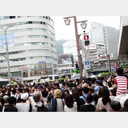 兵庫・三宮駅前で行われた安倍首相が参院選の応援演説。群集のはずれに地元行政書士政治連盟の幟も(C)日刊ゲンダイ