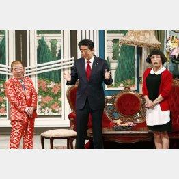 吉本新喜劇の公演にサプライズ出演し、G20首脳会合をアピールした安倍首相(C)共同通信社
