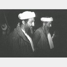 ウサマ・ビンラディン容疑者(資料)本人(左)右は側近のムハマド・アテフ(C)ロイター=共同