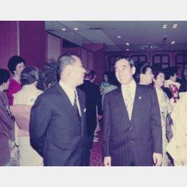 三浦さん50歳のとき。左は福富太郎氏(提供写真)