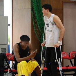 負傷した渡辺雄太(右)と八村塁