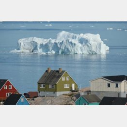 通常より暖かい気候となったグリーンランドでイルリサットの湾に浮かぶ氷山(C)ゲッティ=共同