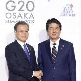 握手はするが…(安倍首相と文在寅韓国大統領=左)/(代表撮影)