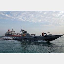英国船籍の船の側を航行するイラン革命防衛隊のボート(手前)/(C)ロイター
