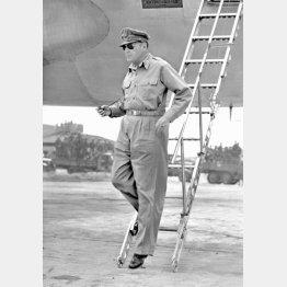 連合国軍最高司令官として日本本土に第一歩をしるしたマッカーサー元帥(C)共同通信社