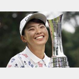 AIG全英女子オープンで優勝し、トロフィーを手に笑顔の渋野日向子(C)共同通信社