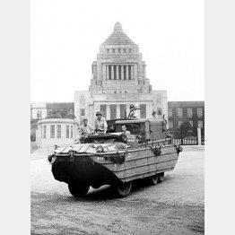 国会議事堂前を進む連合国軍の米水陸両用車(1945年9月8日)/(C)共同通信社