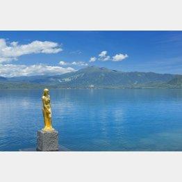 田沢湖とたつこ像、後方は駒ヶ岳(C)アマナイメージズ/共同通信イメージズ