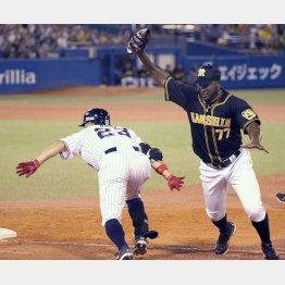 五回に一塁ベースカバーで青木と交錯したガルシア(右)はここから急変(C)日刊ゲンダイ