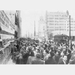 第22回衆議院議員総選挙で開票速報を見る都民(1946年4月11日、東京・銀座)/(C)共同通信社
