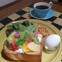 コーヒー+500円でフルーツたっぷりのトーストが味わえる