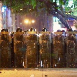 世論の変化を生むために期待される「警官からの犠牲者」