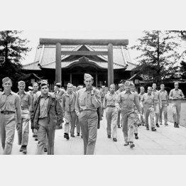東京・靖国神社を訪れた進駐軍兵士(1945年9月12日)/(C)共同通信社
