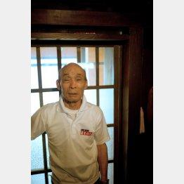 万年筆が見つかった鴨居を再現した場所に立つ石川さん(提供写真)