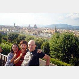 イタリア・フィレンツェの「ミケランジェロ広場」で(提供・たかのてるこ)