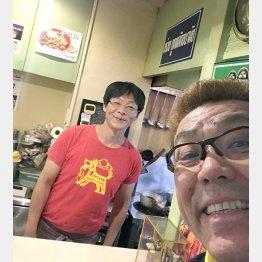 亜州食堂チョウクのマスター・片倉昇さんと(提供写真)