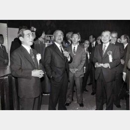 田中角栄(左2)は計5人も育てた(田中派「木曜クラブ」のパーティー)/(C)日刊ゲンダイ