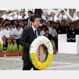 長崎原爆犠牲者慰霊平和祈念式典で献花する安倍首相(C)共同通信社