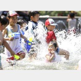 水遊びをする子どもたち(C)共同通信社