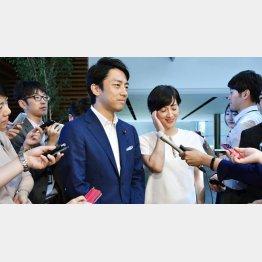 結婚発表をする小泉進次郎議員と滝川クリステルさん(C)共同通信社