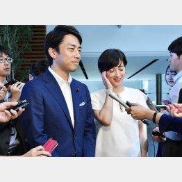 首相官邸で結婚会見を行った小泉進次郎議員(左)と滝川クリステル(C)共同通信社