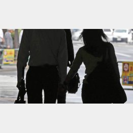 「手をつなぐ」はタブー(C)日刊ゲンダイ