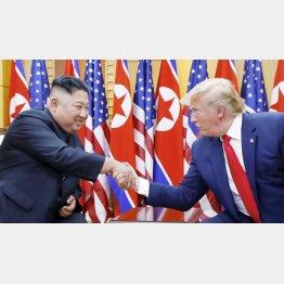 握手する金正恩朝鮮労働党委員長(左)とトランプ米大統領(C)聯合=共同