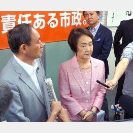 林文子横浜市長(左は菅義偉官房長官)/(C)日刊ゲンダイ