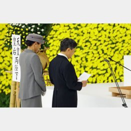 全国戦没者追悼式でお言葉を述べられる天皇陛下と皇后さま(C)共同通信社