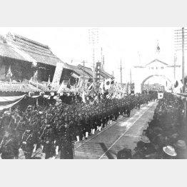 日本橋通りを行進する日露戦争凱旋部隊(1906年2月)/(C)共同通信社
