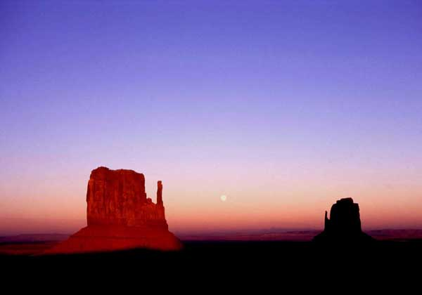 アメリカ・ユタ州とアリゾナ州の堺に位置するモニュメントバレー(C)日刊ゲンダイ