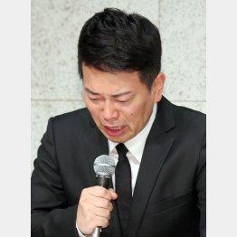 謝罪会見をする宮迫博之(C)日刊ゲンダイ