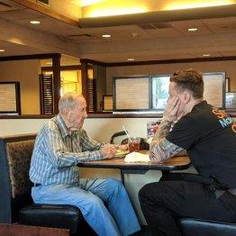 91歳退役軍人の孤独な食事に…24歳給仕の心暖まるサービス