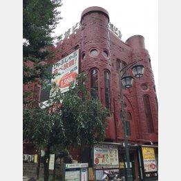 今も歌舞伎町に残る「喫茶王城」があったビル。今はカラオケ店や飲食店が入っている(C)日刊ゲンダイ