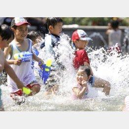公園で水遊びだって楽しい(C)共同通信社