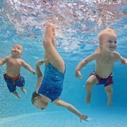 意外に知らない…水着は水中で「伸びる」のか「縮む」のか