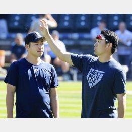 26日の試合の前に田中(右)に助言を求める菊池(C)共同通信社