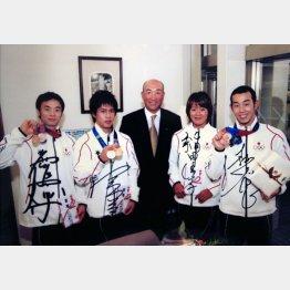 2004年アテネ五輪でメダルを手にする当時セントラルスポーツ所属の選手(提供写真)