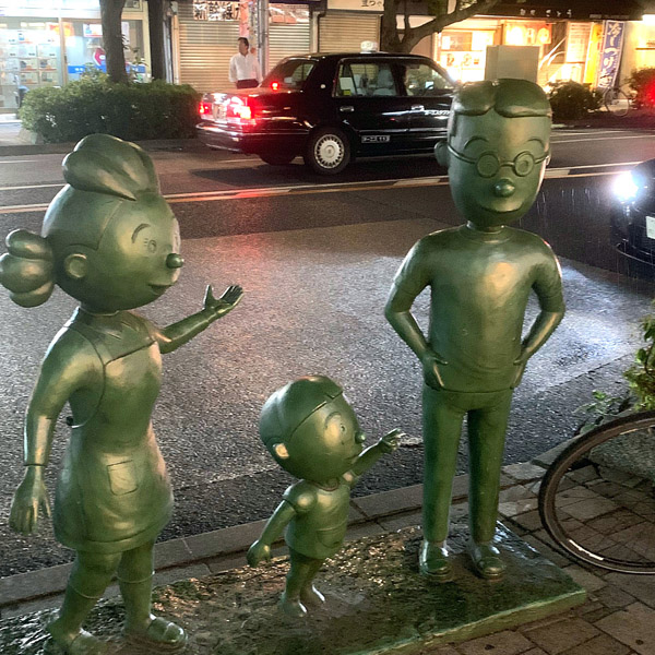 国民的人気アニメ「サザエさん」一家の銅像(C)日刊ゲンダイ