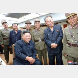 「新兵器」の試射を指導する金正恩朝鮮労働党委員長(C)ロイター/KCNA