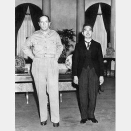 記念撮影する昭和天皇とマッカーサー(1945年9月)/(C)共同通信社