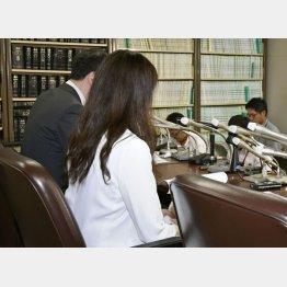 記者会見をするデマ被害の女性(C)共同通信社