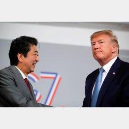 トランプ米大統領(右)といらぬ約束をした安倍首相…/(C)ロイター
