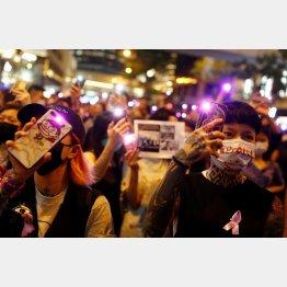 香港でデモに参加する若者たち(C)ロイター