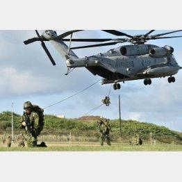 ヘリから地上降下訓練をする陸上自衛隊員(C)共同通信社