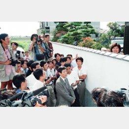 98年8月、自宅前に殺到した報道陣に声緒をかける林真須美(現、死刑囚)/(C)日刊ゲンダイ