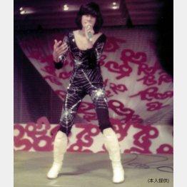 テレビ番組「パクパクコンテスト」で、母と作った衣装で、西城秀樹の「ジャガー」をモノマネをする川崎麻世さん(提供写真)
