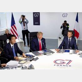 (左から)仏G7サミットでの安倍首相、トランプ米大統領、マクロン仏大統領(C)ロイター